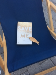 """Mona Kasten´s """"Save Me"""" im blauen Liegestuhl mit Holzfisch"""